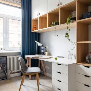 Свежая идея для дизайна: кабинет среднего размера в скандинавском стиле с белыми стенами и паркетным полом среднего тона - отличное фото интерьера