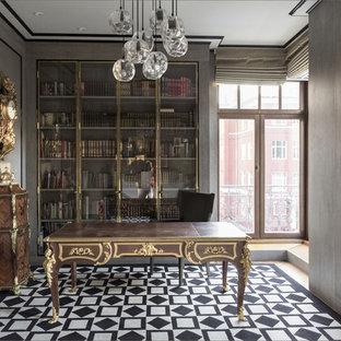 Неиссякаемый источник вдохновения для домашнего уюта: кабинет в стиле фьюжн с библиотекой, серыми стенами и отдельно стоящим рабочим столом