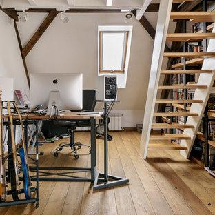 На фото: домашняя мастерская среднего размера в стиле лофт с белыми стенами, паркетным полом среднего тона, отдельно стоящим рабочим столом и коричневым полом без камина с