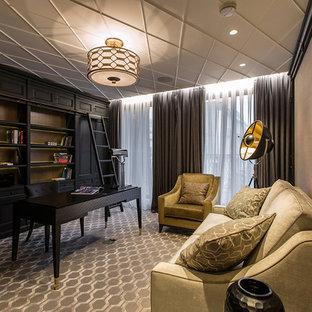 モスクワのトランジショナルスタイルのおしゃれな書斎 (ベージュの壁、カーペット敷き、自立型机、グレーの床) の写真