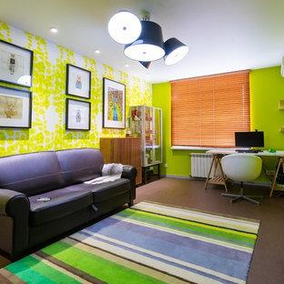 Inspiration för ett mellanstort funkis hemmabibliotek, med gula väggar, korkgolv, en standard öppen spis, en spiselkrans i trä, ett fristående skrivbord och brunt golv