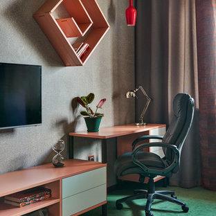Стильный дизайн: рабочее место в современном стиле с серыми стенами, отдельно стоящим рабочим столом, зеленым полом и ковровым покрытием - последний тренд