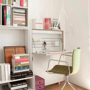 Неиссякаемый источник вдохновения для домашнего уюта: рабочее место среднего размера в скандинавском стиле с белыми стенами, встроенным рабочим столом и бежевым полом