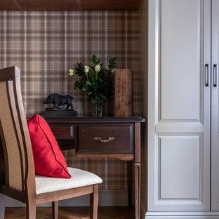 Imagen de despacho clásico, de tamaño medio, con paredes grises, suelo de madera en tonos medios, escritorio independiente y suelo amarillo