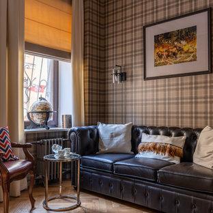 モスクワの中サイズのトラディショナルスタイルのおしゃれなホームオフィス・書斎 (ライブラリー、グレーの壁、無垢フローリング、自立型机、黄色い床) の写真
