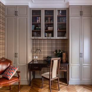 Неиссякаемый источник вдохновения для домашнего уюта: рабочее место среднего размера в классическом стиле с паркетным полом среднего тона, отдельно стоящим рабочим столом, коричневым полом и коричневыми стенами