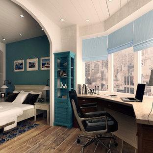 モスクワの中サイズの地中海スタイルのおしゃれな書斎 (ベージュの壁、塗装フローリング、暖炉なし、自立型机、茶色い床) の写真
