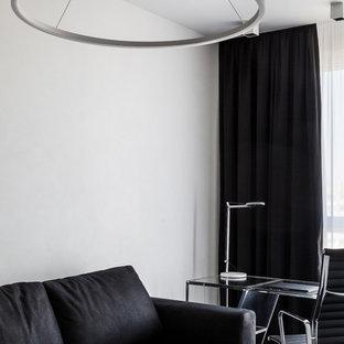 モスクワの小さいコンテンポラリースタイルのおしゃれな書斎 (白い壁、クッションフロア、自立型机、黒い床) の写真