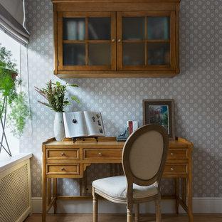 Свежая идея для дизайна: рабочее место в классическом стиле с отдельно стоящим рабочим столом, разноцветными стенами и светлым паркетным полом - отличное фото интерьера