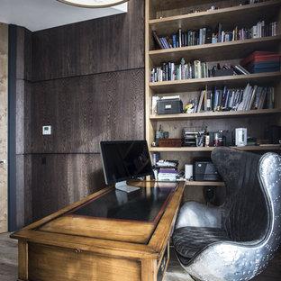 Пример оригинального дизайна: рабочее место в современном стиле с коричневыми стенами, отдельно стоящим рабочим столом и светлым паркетным полом