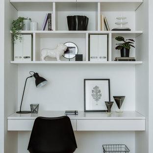 Свежая идея для дизайна: кабинет в современном стиле с белыми стенами, встроенным рабочим столом, светлым паркетным полом и бежевым полом - отличное фото интерьера