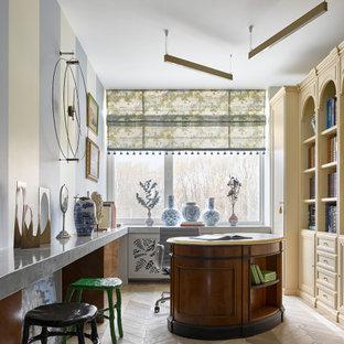 Стильный дизайн: рабочее место в стиле фьюжн с разноцветными стенами, светлым паркетным полом, отдельно стоящим рабочим столом и бежевым полом - последний тренд
