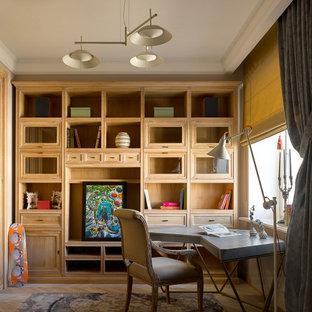 Идея дизайна: рабочее место в стиле фьюжн с светлым паркетным полом, отдельно стоящим рабочим столом и бежевым полом