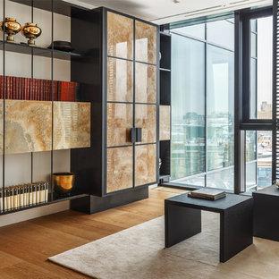 Стильный дизайн: кабинет в современном стиле с светлым паркетным полом, белыми стенами и отдельно стоящим рабочим столом - последний тренд