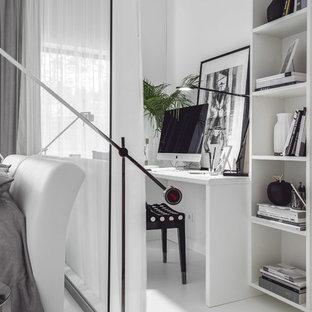 Свежая идея для дизайна: рабочее место в современном стиле с белыми стенами, отдельно стоящим рабочим столом и белым полом - отличное фото интерьера