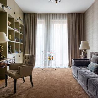 Неиссякаемый источник вдохновения для домашнего уюта: рабочее место в современном стиле с бежевыми стенами, отдельно стоящим рабочим столом, коричневым полом и ковровым покрытием