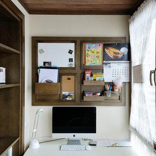 На фото: рабочее место в стиле неоклассика (современная классика) с отдельно стоящим рабочим столом с