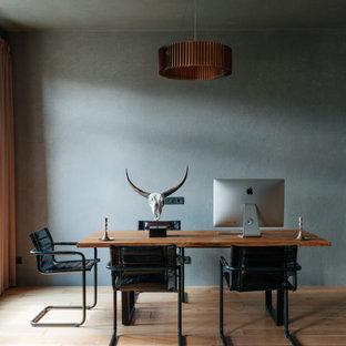 Стильный дизайн: кабинет в стиле лофт с серыми стенами, паркетным полом среднего тона, отдельно стоящим рабочим столом и коричневым полом - последний тренд