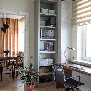 モスクワのコンテンポラリースタイルのおしゃれなホームオフィス・書斎 (造り付け机) の写真