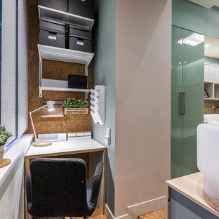 На фото: рабочее место в современном стиле с пробковым полом, отдельно стоящим рабочим столом и бежевым полом