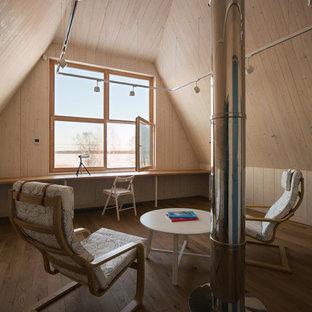 Неиссякаемый источник вдохновения для домашнего уюта: домашняя мастерская среднего размера в стиле рустика с белыми стенами, паркетным полом среднего тона, встроенным рабочим столом и желтым полом