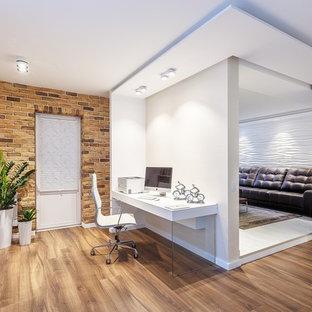 Idee per un ufficio contemporaneo con pareti marroni, pavimento in legno massello medio, scrivania incassata e pavimento marrone