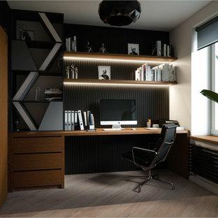 サンクトペテルブルクの大きい北欧スタイルのおしゃれな書斎 (ベージュの壁、ラミネートの床、造り付け机、茶色い床) の写真