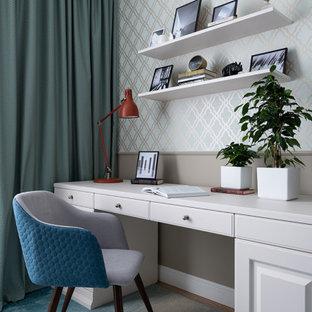 エカテリンブルクの中くらいのトランジショナルスタイルのおしゃれな書斎 (緑の壁、ラミネートの床、造り付け机、ベージュの床) の写真