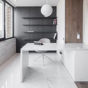 モスクワのコンテンポラリースタイルのおしゃれな書斎 (白い壁、造り付け机、白い床) の写真