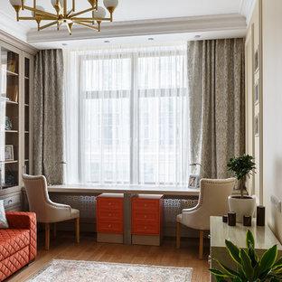 Свежая идея для дизайна: рабочее место в стиле современная классика с бежевыми стенами, паркетным полом среднего тона, отдельно стоящим рабочим столом и коричневым полом - отличное фото интерьера