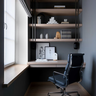 На фото: с высоким бюджетом большие рабочие места в скандинавском стиле с серыми стенами, светлым паркетным полом, встроенным рабочим столом и бежевым полом