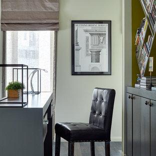 モスクワのコンテンポラリースタイルのおしゃれな書斎 (緑の壁、濃色無垢フローリング、自立型机、黒い床) の写真