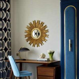 Стильный дизайн: рабочее место в стиле модернизм с бежевыми стенами и отдельно стоящим рабочим столом - последний тренд