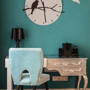 他の地域のおしゃれな書斎 (ラミネートの床、自立型机) の写真