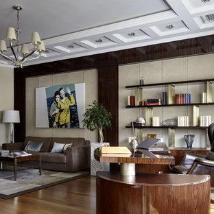 Свежая идея для дизайна: рабочее место в современном стиле с бежевыми стенами, темным паркетным полом и отдельно стоящим рабочим столом - отличное фото интерьера