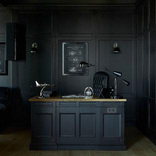 モスクワのトラディショナルスタイルのおしゃれな書斎 (黒い壁、自立型机、淡色無垢フローリング、ベージュの床) の写真