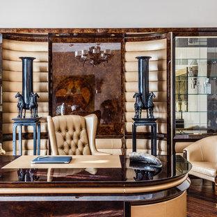 Свежая идея для дизайна: рабочее место в стиле современная классика с белыми стенами, отдельно стоящим рабочим столом и коричневым полом - отличное фото интерьера