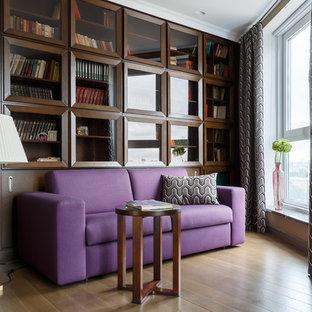 Источник вдохновения для домашнего уюта: домашняя библиотека в стиле неоклассика (современная классика) с паркетным полом среднего тона, коричневым полом и коричневыми стенами