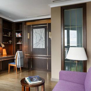 Пример оригинального дизайна: рабочее место в стиле неоклассика (современная классика) с коричневыми стенами, паркетным полом среднего тона, встроенным рабочим столом и коричневым полом