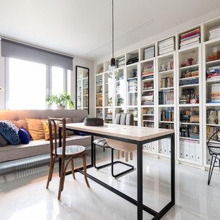 На фото: кабинет в скандинавском стиле с белым полом, библиотекой, серыми стенами и отдельно стоящим рабочим столом