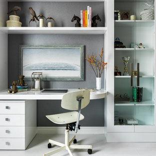 Источник вдохновения для домашнего уюта: рабочее место в современном стиле с серыми стенами, белым полом, деревянным полом и встроенным рабочим столом