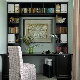 Новый формат декора квартиры: маленький кабинет в стиле современная классика с рабочим местом, зелеными стенами, светлым паркетным полом и отдельно стоящим рабочим столом