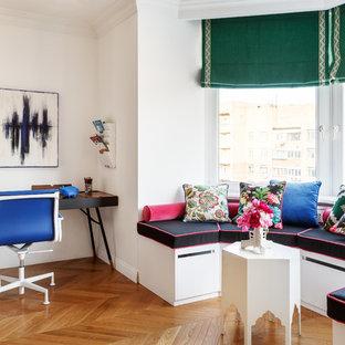 Источник вдохновения для домашнего уюта: кабинет в стиле неоклассика (современная классика) с белыми стенами, паркетным полом среднего тона, отдельно стоящим рабочим столом и коричневым полом