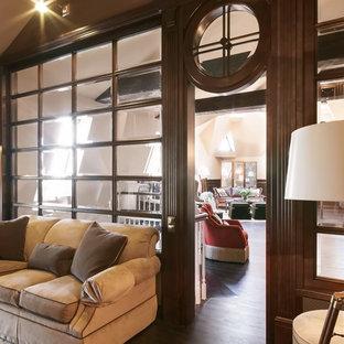 Ispirazione per uno studio vittoriano di medie dimensioni con libreria, pareti marroni, pavimento in legno verniciato, scrivania autoportante e pavimento marrone