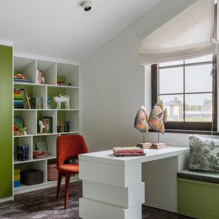 На фото: кабинет в современном стиле с белыми стенами, темным паркетным полом, коричневым полом и сводчатым потолком