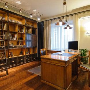 Создайте стильный интерьер: рабочее место в классическом стиле с белыми стенами, паркетным полом среднего тона и отдельно стоящим рабочим столом - последний тренд