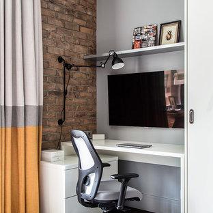 Свежая идея для дизайна: кабинет в современном стиле с серыми стенами, темным паркетным полом, встроенным рабочим столом и коричневым полом - отличное фото интерьера