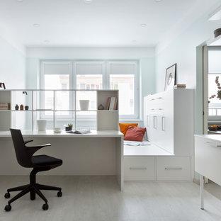 Свежая идея для дизайна: рабочее место в современном стиле с светлым паркетным полом, бежевым полом, синими стенами и встроенным рабочим столом без камина - отличное фото интерьера
