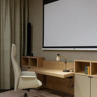 Неиссякаемый источник вдохновения для домашнего уюта: рабочее место в современном стиле с серыми стенами, светлым паркетным полом, встроенным рабочим столом и бежевым полом
