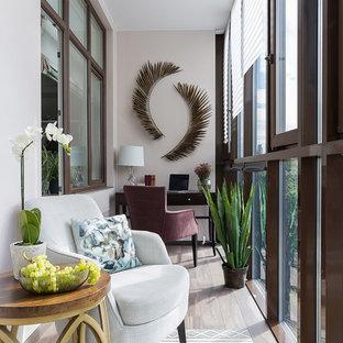 Свежая идея для дизайна: кабинет среднего размера в стиле современная классика с серыми стенами, отдельно стоящим рабочим столом и коричневым полом - отличное фото интерьера